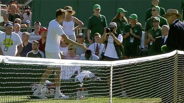 Se enloqueció y le tiró monedas a la jueza de silla — Wimbledon