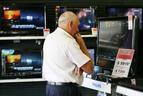 El interés por los LCD, en un local de electrodomésticos de Cabildo y Sucre, en Belgrano