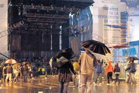 La intensa lluvia obligó a suspender los recitales de tango y folklore, en el Paseo del Bicentenario