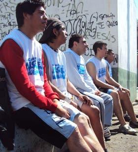 Algunos de los integrantes del seleccionado nacional esperan su turno para entrar a la cancha