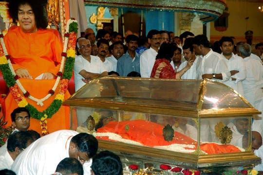 El cuerpo de Sai Baba en el templo donde es velado, en Puttaparthi, India. Foto: EFE