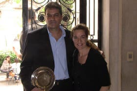 Guillermo Donaire, presidente de Sumando Manos, recibe el premio de Embajadores Sociales junto a Lilian Itkin (en representación de su hermano Alejando Itkin)