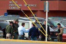 Agentes policiales trabajan en el lugar de los hechos, después de un homicidio reportado en un colegio de la ciudad de Casper
