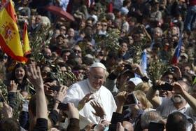 El Papa saludó a los fieles tras la misa de Domingo de Ramos