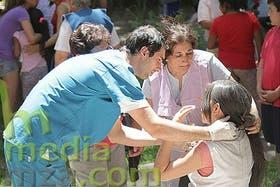 Un médico atiende a una herida