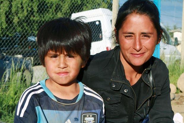 """Claudio Ñancufil, a quien apodaron """"el Messi de la nieve"""", se destaca en Bariloche por su habilidad con la pelota.  Foto:Reuters"""