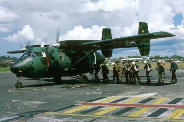 Los paracaidistas se preparan para abordar la nave Aravá