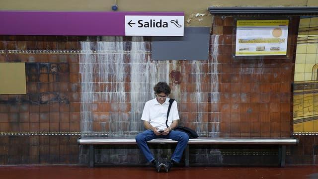 En las estaciones y los túneles, la humedad es moneda corriente