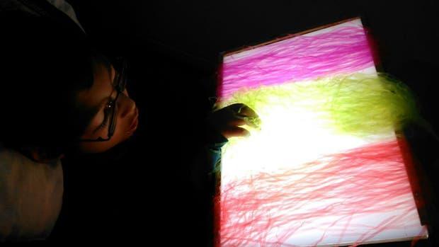Niño con baja visión trabajando con texturas y luz
