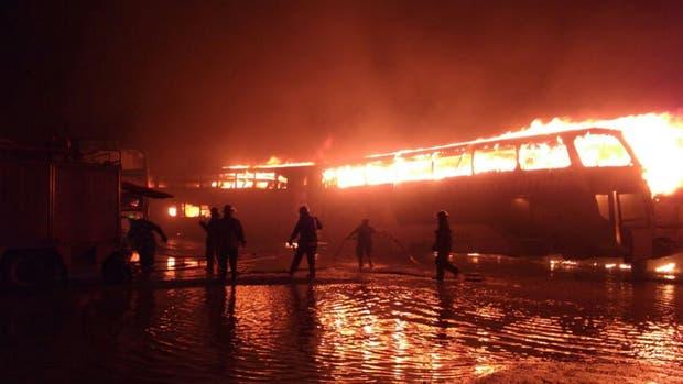 Al menos una decena de micros ardieron y otra veintena resultaron dañados