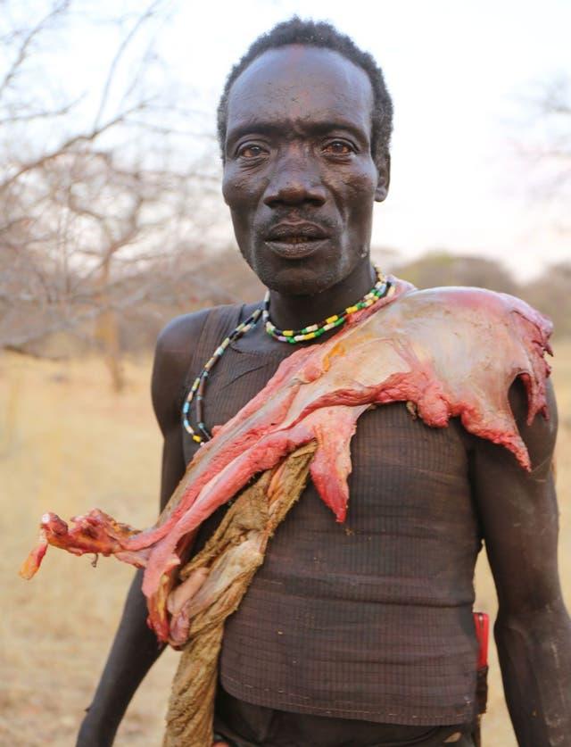 Los cazadores caminan kilómetros con la parte de carne que les corresponde