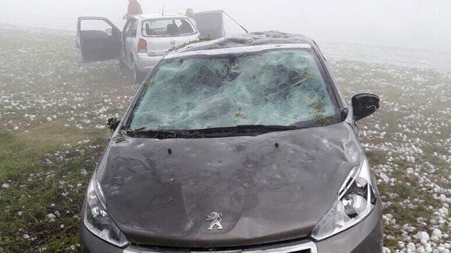 Los destrozos en los parabrisas y capots de los autos