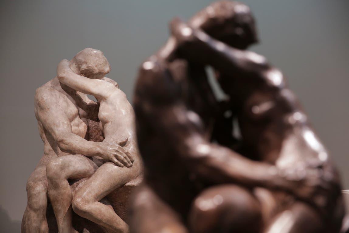 """Dos versiones de """"El beso"""", de Rodin: el primero en terracota y el segundo en yeso. Foto: LA NACION / Soledad Aznarez"""