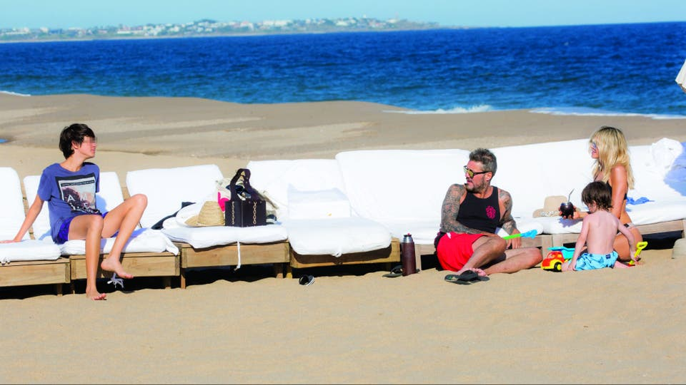 En la playa frente a su chacra, Marcelo Tinelli montó su parador, para que su familia y los invitados puedan disfrutar del mar con todas las comodidades. Antes de que la troupe baje a la arena, sus colaboradores se encargan de acomodar reposeras, camastros y sombrillas. Este verano, Dante, el mayor