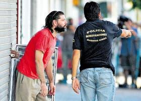 Después de declarar durante cinco horas, Bergara sale de la fiscalía de Quilmes, cansado, pero feliz