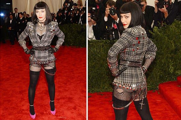 Madonna, bien punk, con un traje escocés de Givenchy, con tachas, cadenas, medias de red y tacos fucsia; ¿qué tal?. Foto: AP, AFP y Reuters