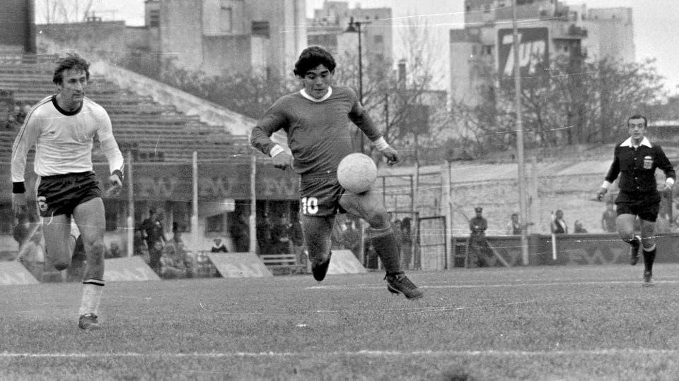 10-8-1980: empate 2 a 2 con Quilmes, en la cancha de Atlanta; lo persigue Alberto Fanessi. Foto: LA NACION