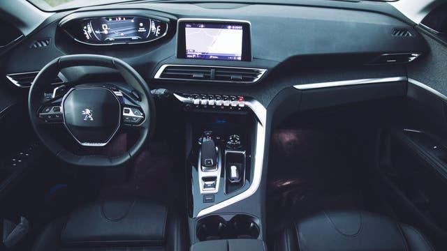 La vista interior del 5008 con el sistema i-Cockpit, conformado por el panel de 12,3 pulgadas junto a la pantalla táctil capacitiva de 8 pulgadas, inclinada levemente hacia el conductor
