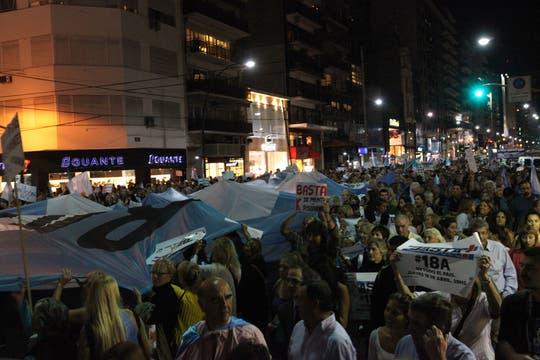 Masivas columnas de manifestantes se movilizan en distintos puntos de Buenos Aires. Foto: LA NACION / Ezequiel Muñoz