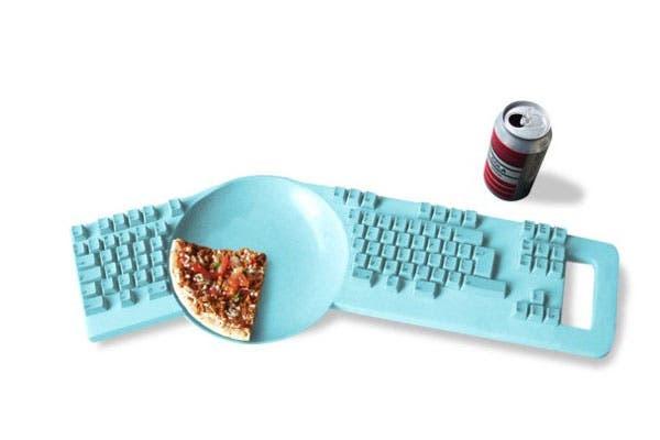 Un teclado con plato incorporado. Ideal para fanáticos de la comida chatarra frente al monitor pero algo incómodo para tipear. Foto: compradiccion.com