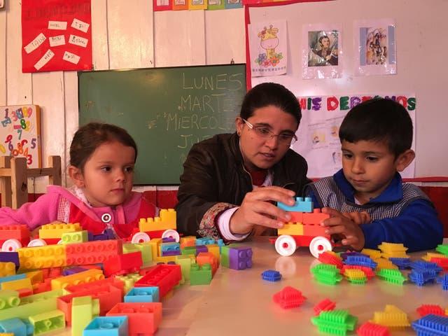 María Pedrozo, con dos de sus alumnos de nivel inicial