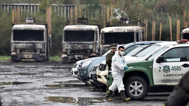 Camiones incinerados en la comuna San Jose de La Mariquina, al sur de Santiago de Chile, el 28 de agosto