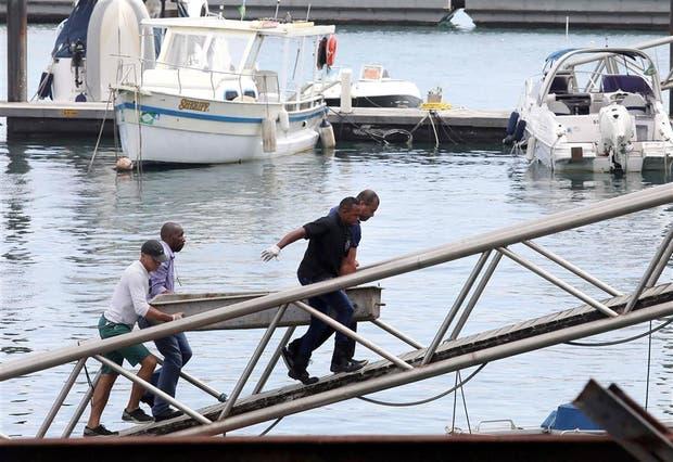 Socorristas trasladan el cuerpo de una de las víctimas del naufragio, ayer, en Salvador