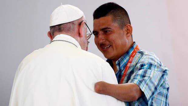 El papa saludando a Juan Carlos Murcia Perdomo