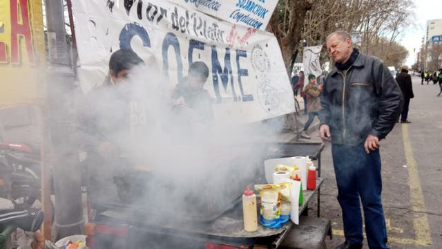 Un puesto de comida entre los militantes kirchneristas