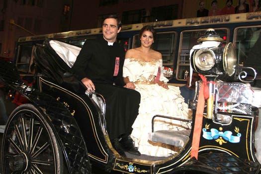 Los protagonistas de Camila, Peter Lanzani y Natalie Pérez, juegan al 1800, con carruaje incluido. Foto: Gentileza prensa Camila