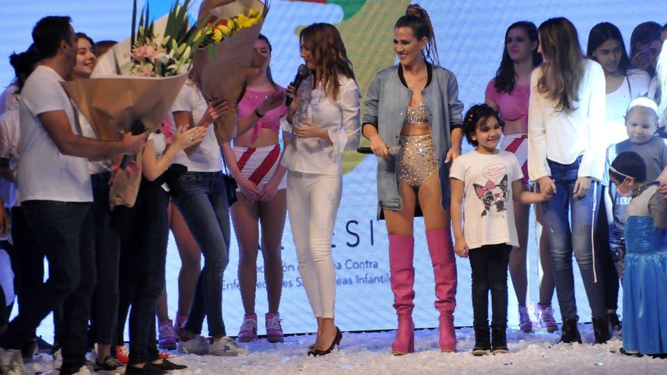 Al final del show, Verónica y Jimena recibieron flores . Foto: LA NACION / Gerardo Viercovich