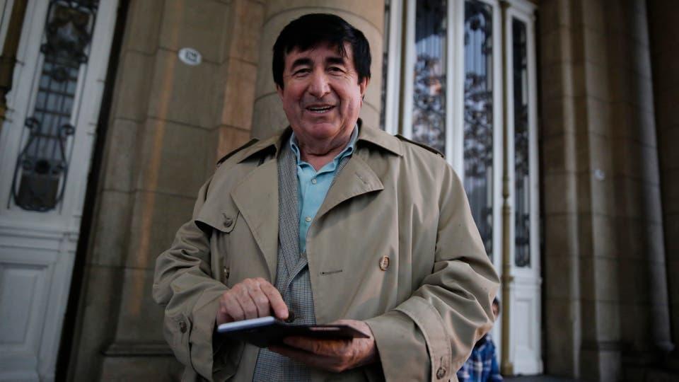 El asesor Jaime Durán Barba, preparado para la lluvia. Foto: LA NACION / Fabián Marelli