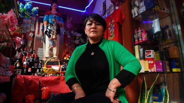 Melida Shuna posa en su tienda de la Villa 31 en Buenos Aires, Argentina,