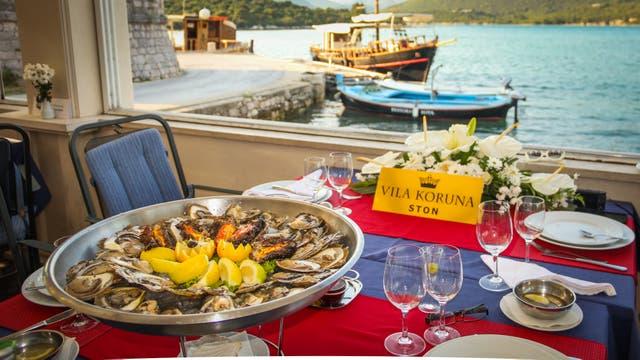 El restaurante Vila Koruna, de Ston y un plato de ostras frescas ofrecidas por Svetan Pejic. El lugar es ideal para disfrutar de una cena con vista al Mar Adriático