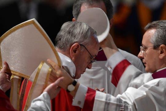 El Sumo Pontífice encabezó las ceremonias de su primer Viernes Santo en Roma. Foto: AFP