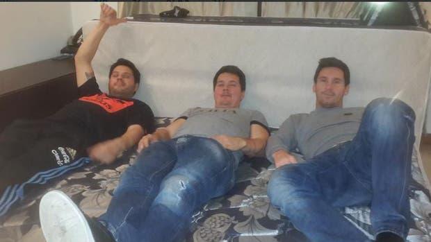 Matías (a la izquierda) junto a su padre (en el centro) y Lionel Messi (a la derecha)