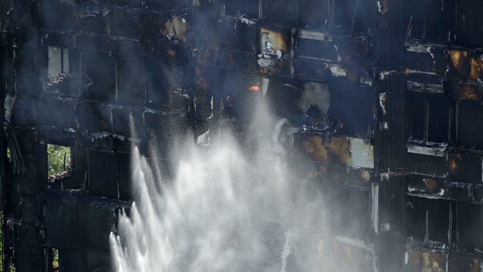 Si bien el fuego está controlado, todavía hay llamas en el edificio. Foto: AP