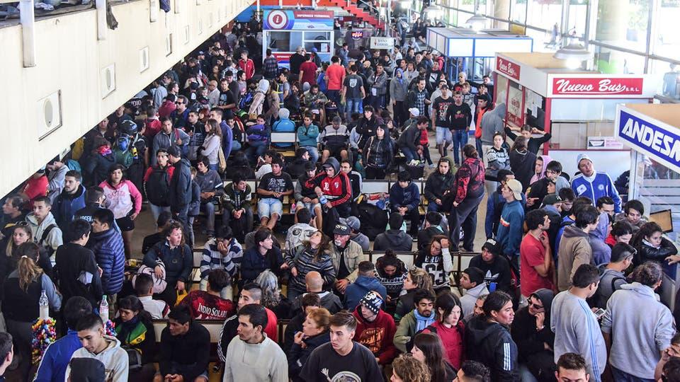 La terminal de micros colapsada de gente que espera poder viajar. Foto: LA NACION / Alejandro Casamayou