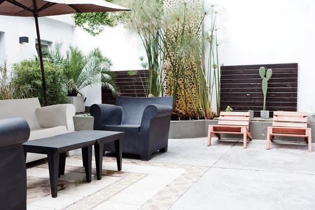 El patio es el territorio del presente, con la mesa y los sillones Bubble club de un cuerpo y de dos (todo de Manifesto)..