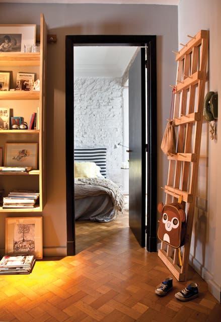 En el pasillo decidió incorporar dos muebles funcionales, como la biblioteca de petiribí (Mesopotamia Buenos Aires) y el perchero de paraíso (Net)..  Foto:Living /Magalí Saberian