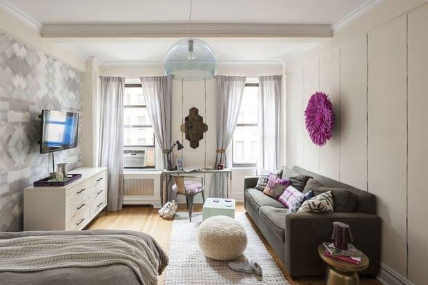 Las alfombras sirven para delimitar  reas  Ac  se utiliz  para marcar el  sector del living  Foto  Homedit6 ideas para decorar un monoambiente   Living   ESPACIO LIVING. Revista Living Decoracion Monoambientes. Home Design Ideas