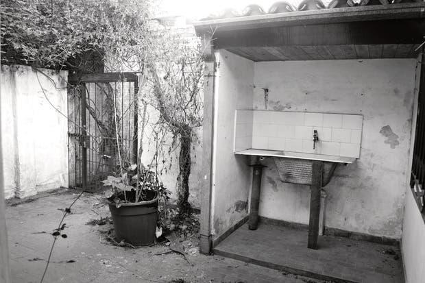 El aspecto del patio era de descuido y abandono. Se entraba por una reja poco amigable que, para colmo, tampoco terminaba de dar privacidad. Bajo un techito, la pileta de lavar.  Foto:Living