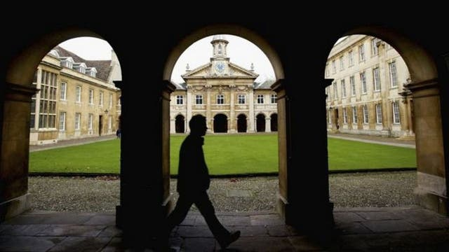 Entre otras muchas opciones, la Universidad de Cambridge ofrece la opción de aprender árabe y chino por Internet
