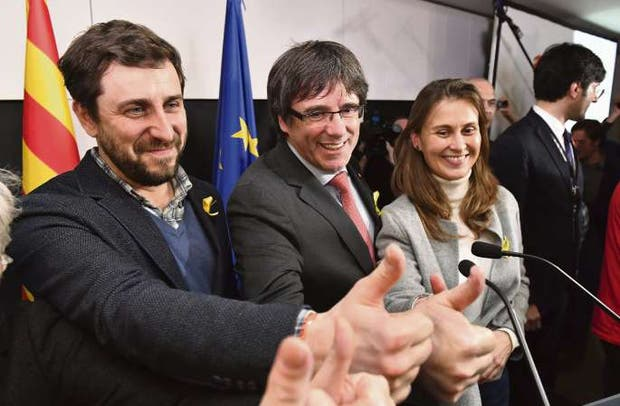 Puigdemont (centro) festejó anoche en Bruselas el apoyo al separatismo