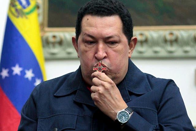 Hugo Chávez besó un crucifijo y se encomendó a Dios al anunciar su última operación de urgencia
