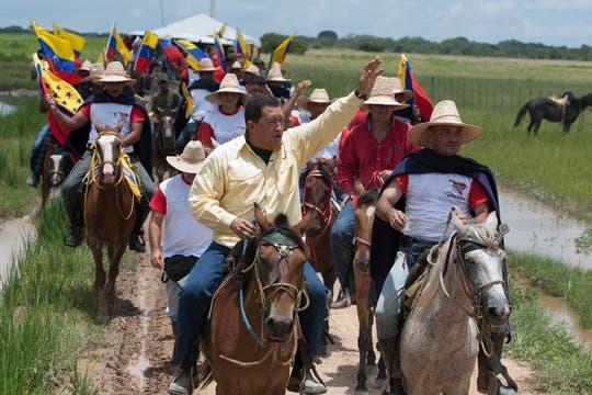 En su programa ''''Aló Presidente'''' realizado en los predios recuperados por el gobierno en Mantecal, en agosto de 2009. Foto: Archivo