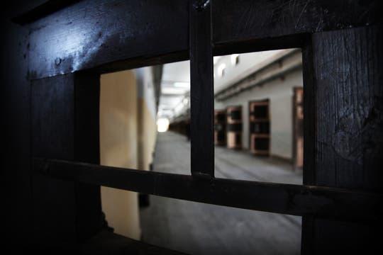 Las puertas de las celdas y, al final, la luz de la entrada del pabellón. Foto: lanacion.com / Martina Matzkin