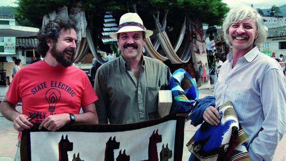 Carlitos, Daniel y Puccio compran artesanías en Ecuador. Foto: gentileza Planeta