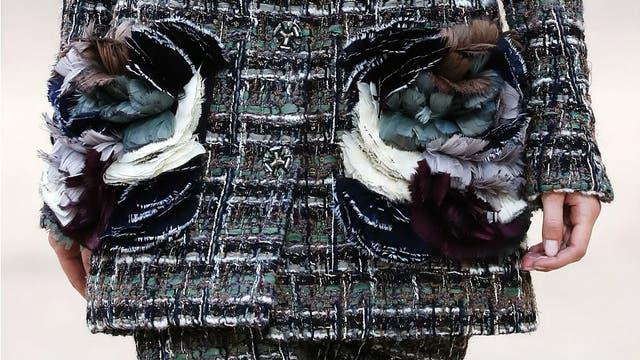 Los apliques de flores hechos con plumas, unas de las especialidades de Chanel Couture