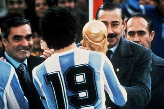 El día 26 de Junio de 1978, Videla entrega la copa de la FIFA al capitán de la selección de fútbol Argentina, Daniel Passarella. Foto: Archivo